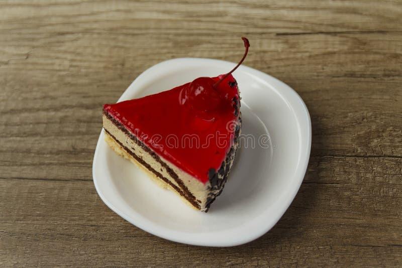 kawałek tort kłama na talerzu zdjęcie stock