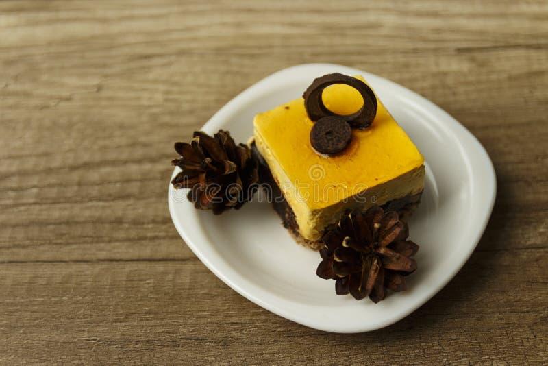 kawałek tort kłama na talerzu zdjęcie royalty free