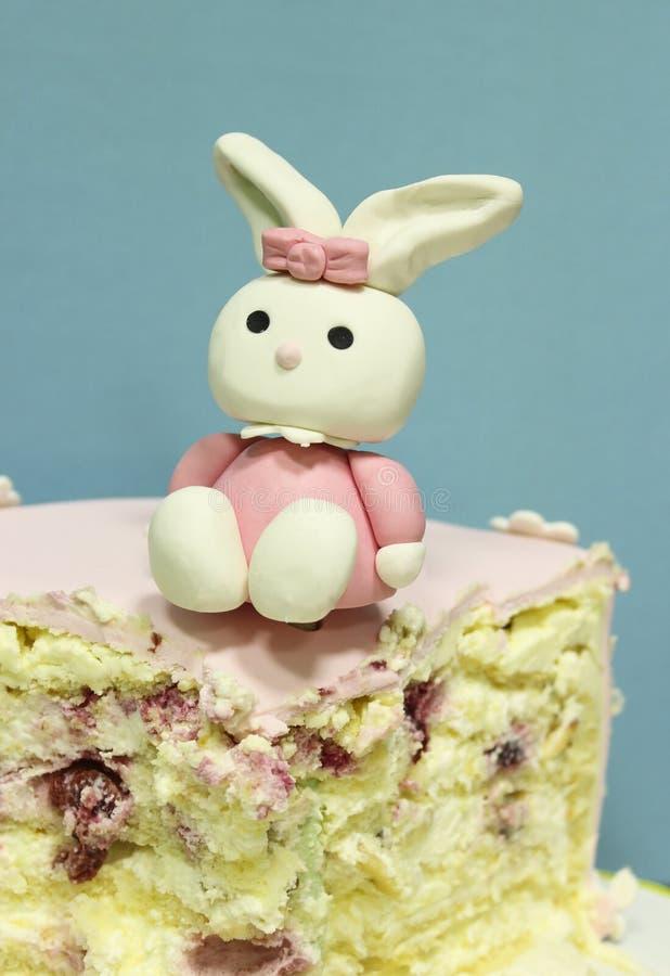 Kawałek tort z postacią zając zdjęcia stock