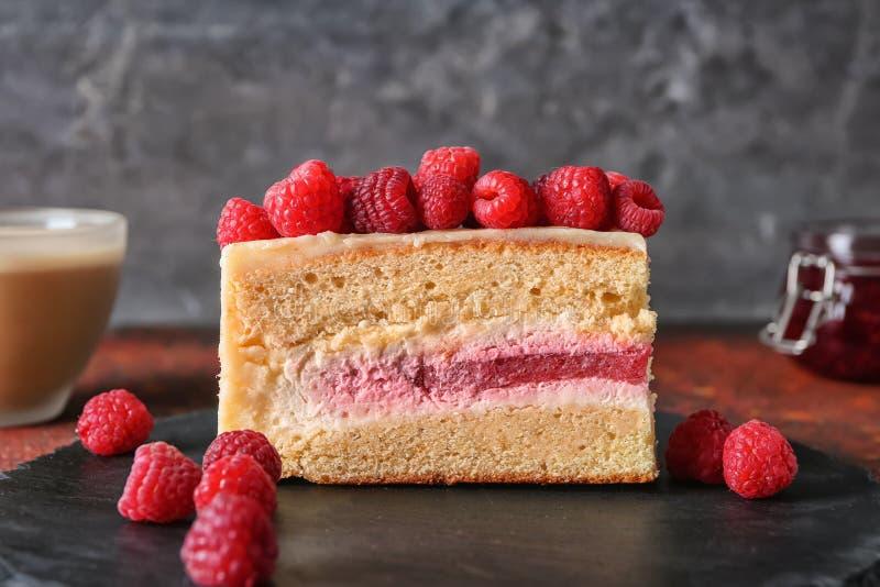 Kawałek wyśmienicie malinka tort na łupku talerzu, zbliżenie fotografia stock