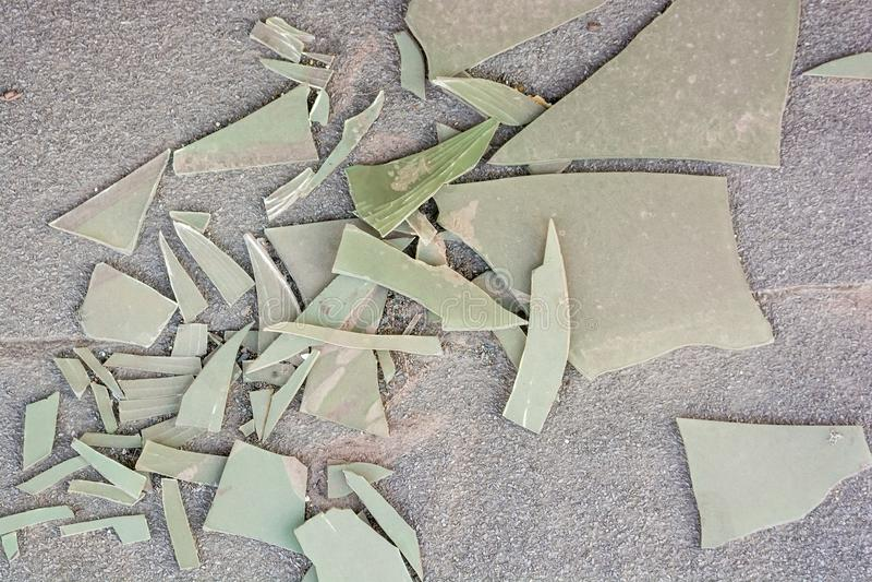 Kawałki łamany klingerytu prześcieradło na ziemi obraz royalty free