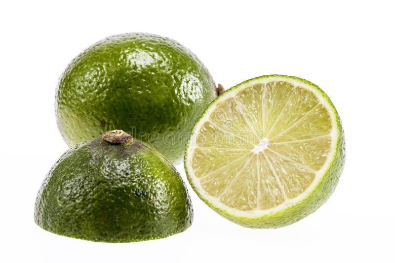 Kawałki świeża zielona owoc odizolowywająca na białym tle wapno obrazy stock