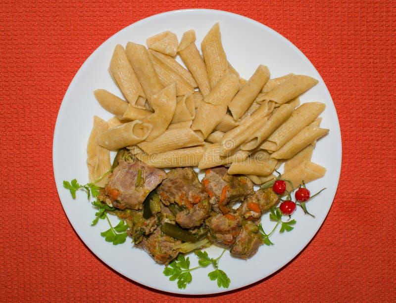 Kawałki braised Turcja z makaronem na stronie zdjęcie stock