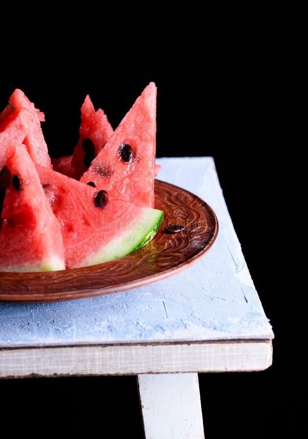 Kawałki chłodno i soczysty arbuz na stole obraz stock