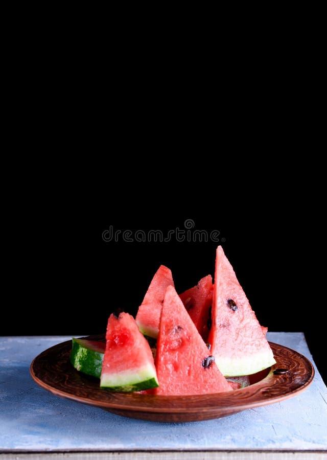 Kawałki chłodno i soczysty arbuz na stole fotografia stock
