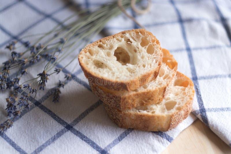 Kawałki chleba i lavander kwiaty fotografia stock