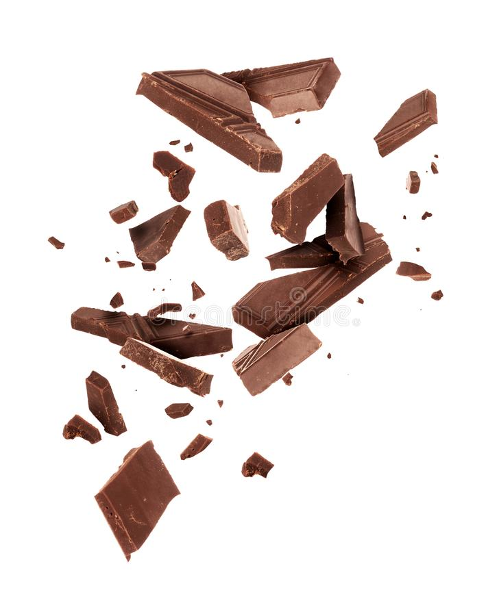 Kawałki ciemny czekoladowy spada zakończenie up na białym tle obrazy royalty free