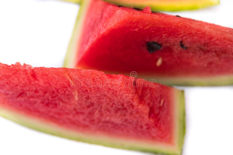 Kawałki czerwony soczysty arbuz pokrajać z nożem zdjęcie royalty free