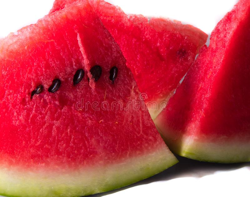 Kawałki czerwony soczysty arbuz pokrajać z nożem obrazy stock