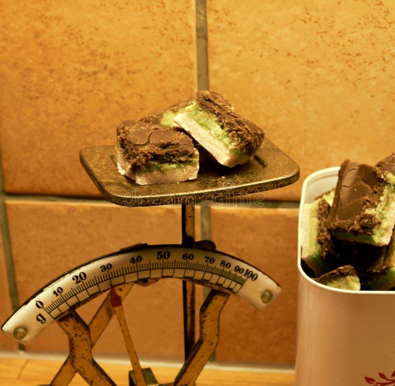 Kawałki domowej roboty ciasteczko na starej nieociosanej kuchni skali obrazy stock