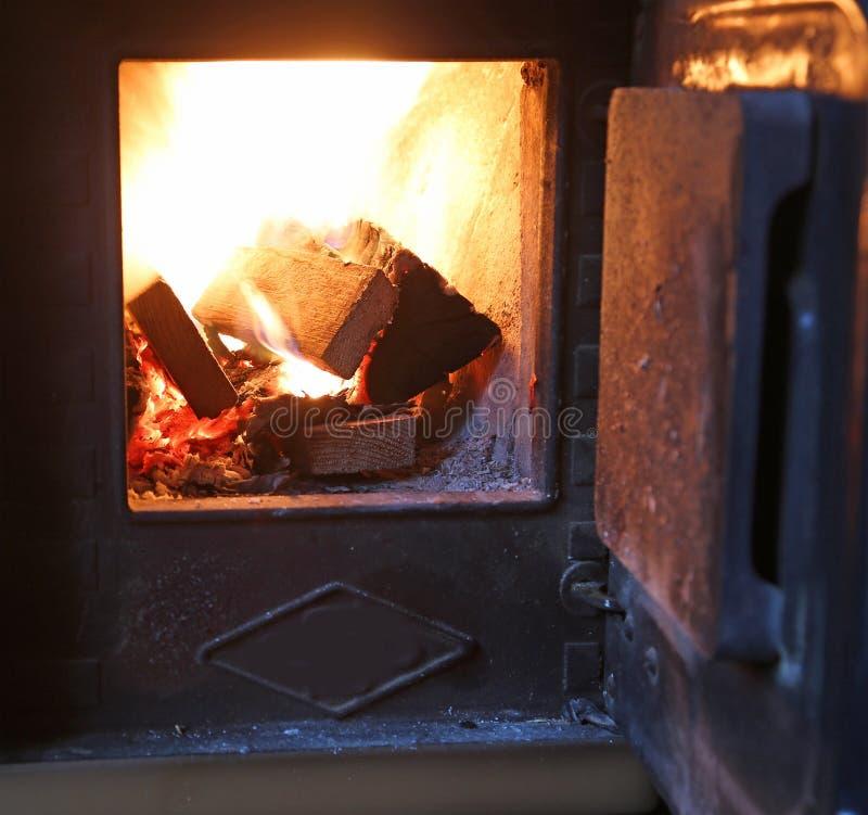 kawałki drewna palenie wśrodku kuchenki obrazy royalty free
