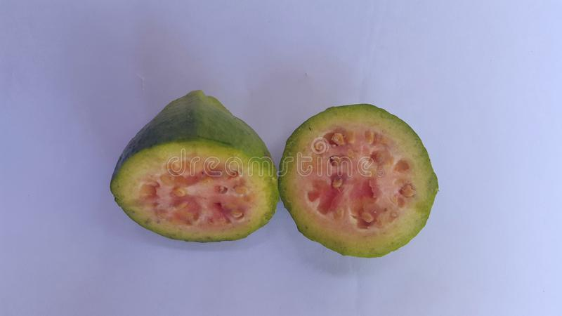 Kawałki guava owoc z dojrzałymi czerwonymi ciałami fotografia royalty free