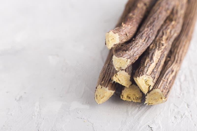 kawałki lukrecjowy korzeń na stole - Glycyrrhiza glabra obrazy stock