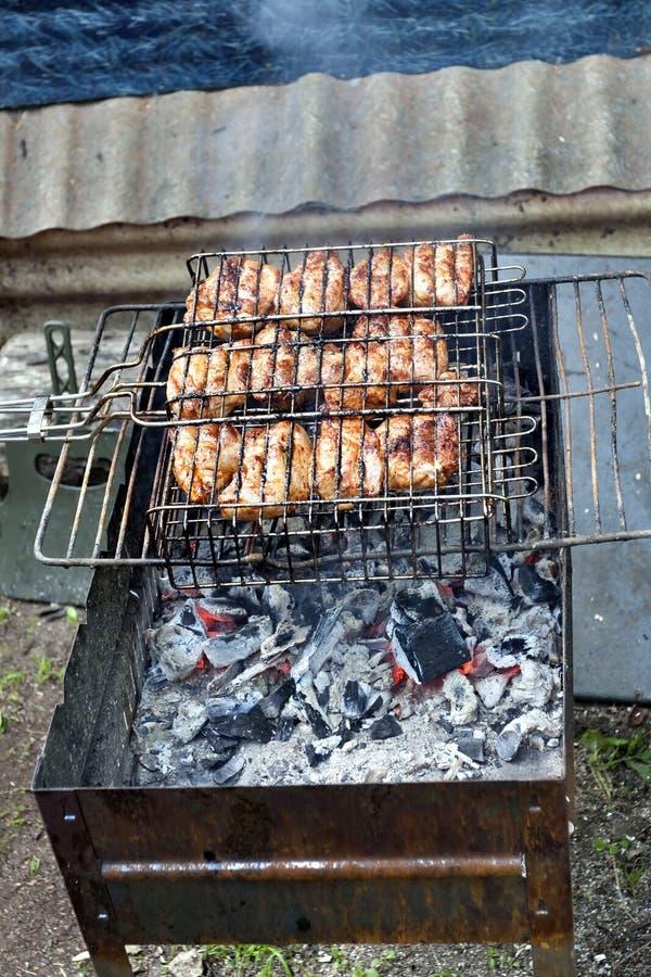 Kawałki mięso piec na grillu nad gorącymi węglami fotografia royalty free