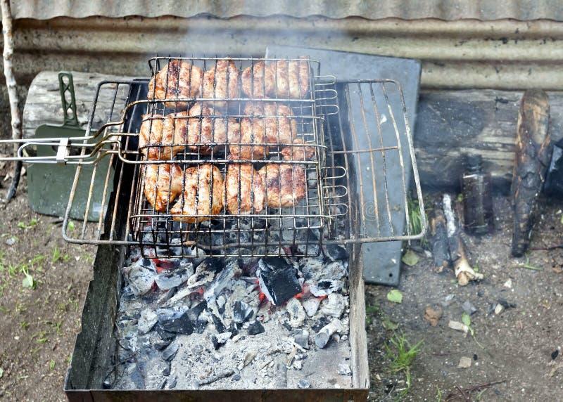 Kawałki mięso piec na grillu nad gorącymi węglami obraz stock