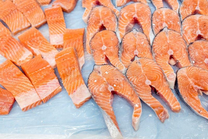 Kawałki norweskiego łososia różowego ciętego na lód, bogate w omegę 3 i zdrowe tłuszcze obrazy royalty free