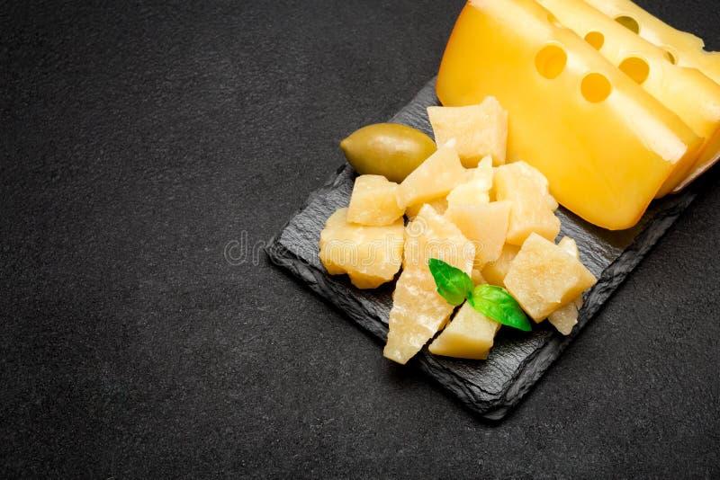 Kawałki parmesan i cheddaru ser na kamiennej porci wsiadają fotografia stock