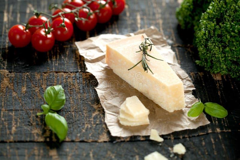Kawałki parmigiano reggiano lub parmesan ser na drewno desce obraz royalty free