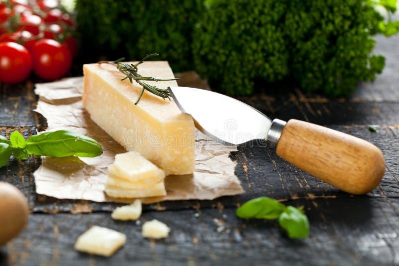 Kawałki parmigiano reggiano lub parmesan ser na drewno desce zdjęcie royalty free