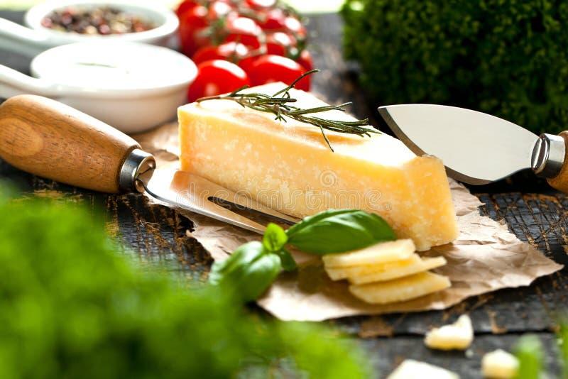 Kawałki parmigiano reggiano lub parmesan ser na drewno desce fotografia royalty free