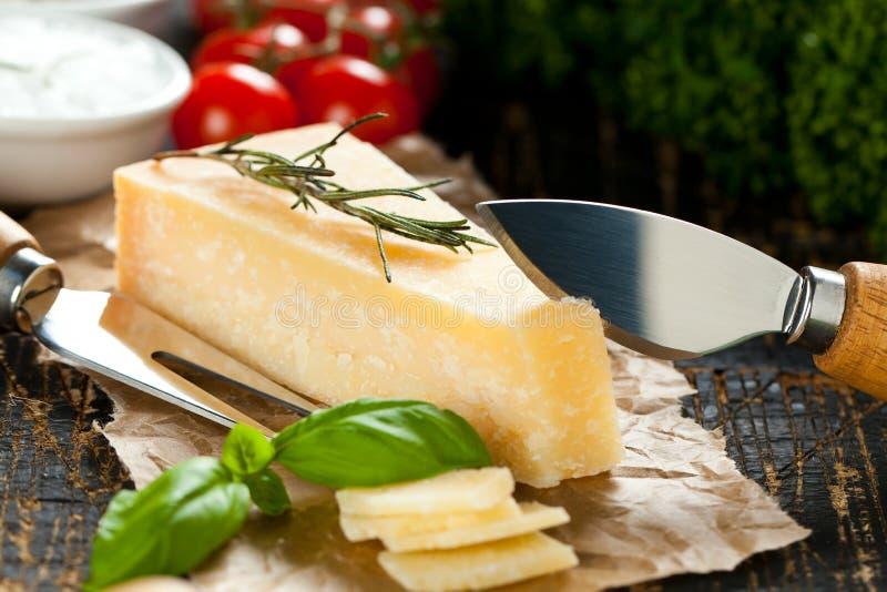 Kawałki parmigiano reggiano lub parmesan ser na drewno desce obrazy stock