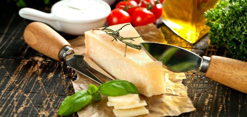Kawałki parmigiano reggiano lub parmesan ser na drewno desce obrazy royalty free