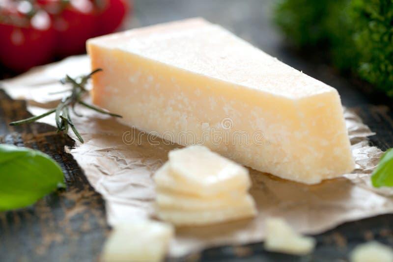 Kawałki parmigiano reggiano lub parmesan ser na drewno desce obraz stock
