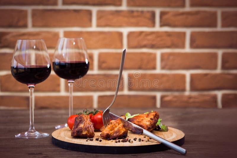 Kawałki piec na grillu wieprzowina przepasują słuzyć z warzywami i pieprzem zdjęcia stock