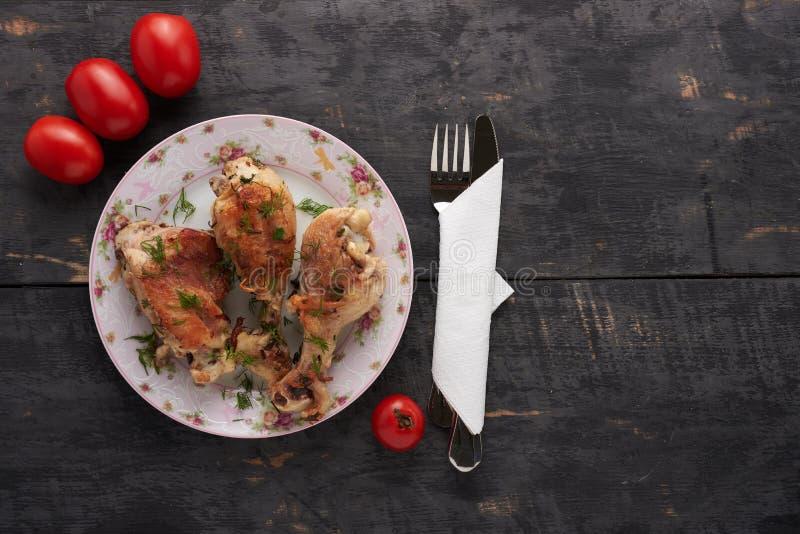 Kawałki pieczony kurczak na talerzu obraz stock