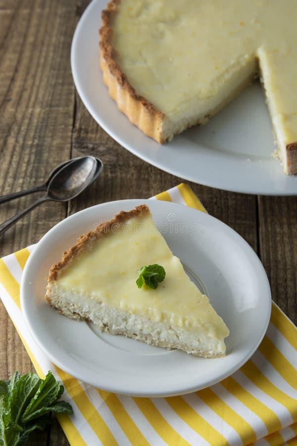 Kawałki, plasterki wyśmienicie domowej roboty cytryny cheesecake na talerzu z mennicą Deser zdjęcia stock