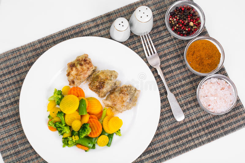 Kawałki polędwicowi w cieście naleśnikowym i mieszance stewed veget pieczony kurczak obrazy stock