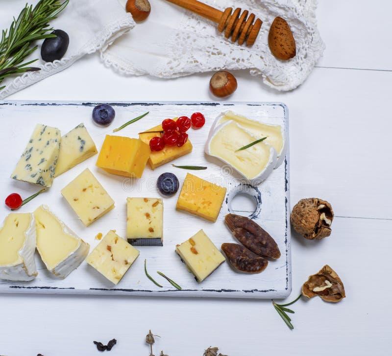 Kawałki ser, roquefort, camembert, cheddar i ser brie, fotografia royalty free