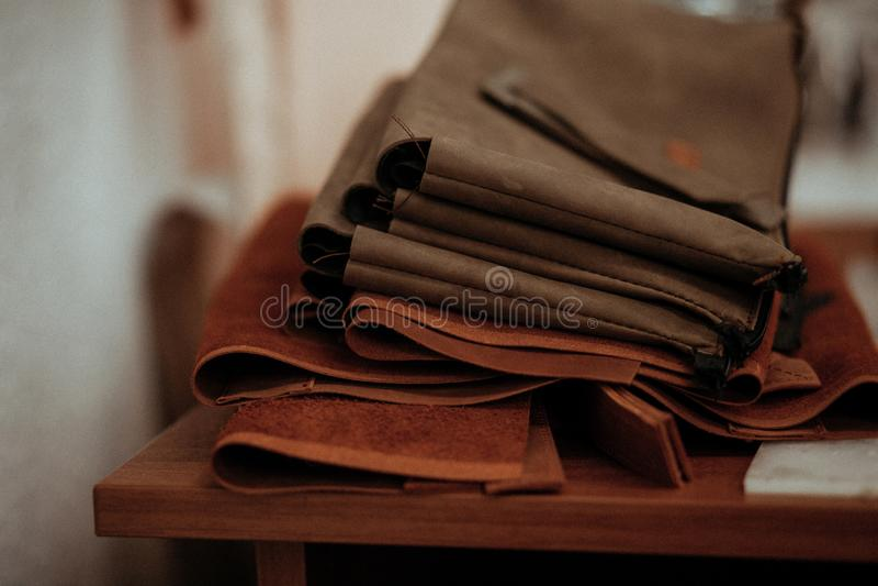Kawałki skóra kłamają na drewnianym stole Rzemienny rzemiosło obraz stock