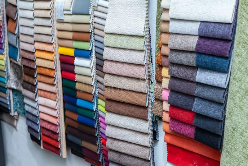 Kawałki skóra, tekstylny materiał dla wewnętrznego podstrzyżenia i meble robi na przykład w katalogu różni kolory dla zdjęcie royalty free