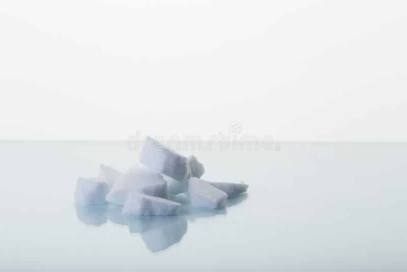 Kawałki suchy lód na lab stole zdjęcia royalty free