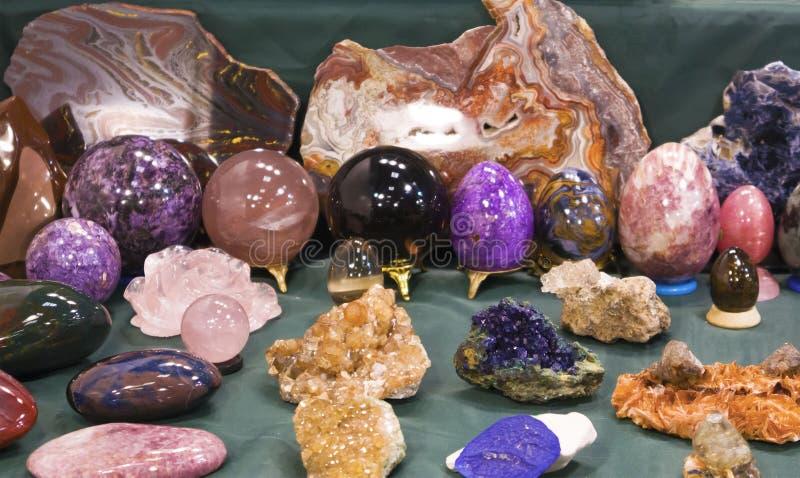 Kawałki surowe kopaliny, kamienni jajka i okręgi, zdjęcie stock