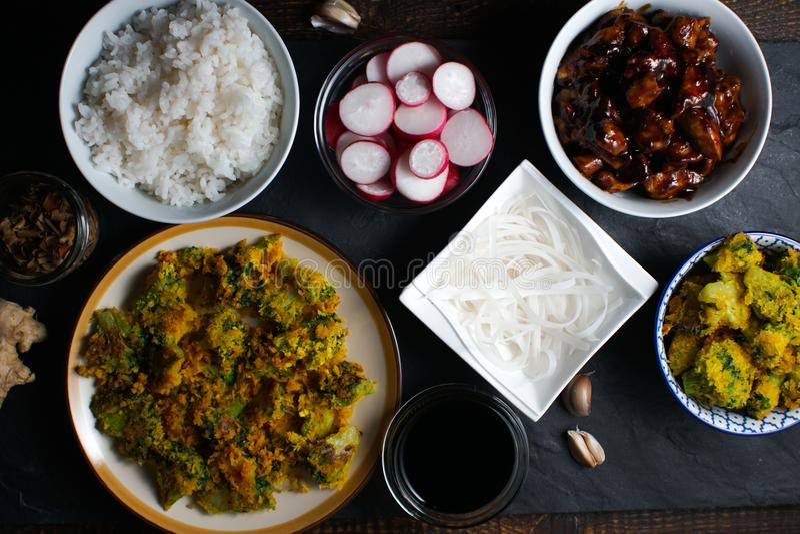 Kawałki teriyaki kurczak, ryżowi kluski i tempura brokuły, kuchnia azjatykcia obraz royalty free