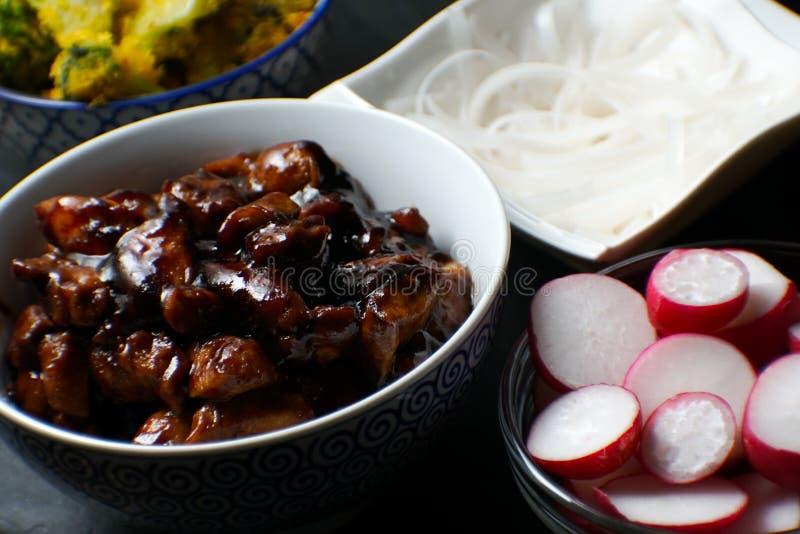 Kawałki teriyaki kurczak, ryżowi wermiszel i rzodkiew na stołowym zakończeniu, kuchnia azjatykcia zdjęcia stock