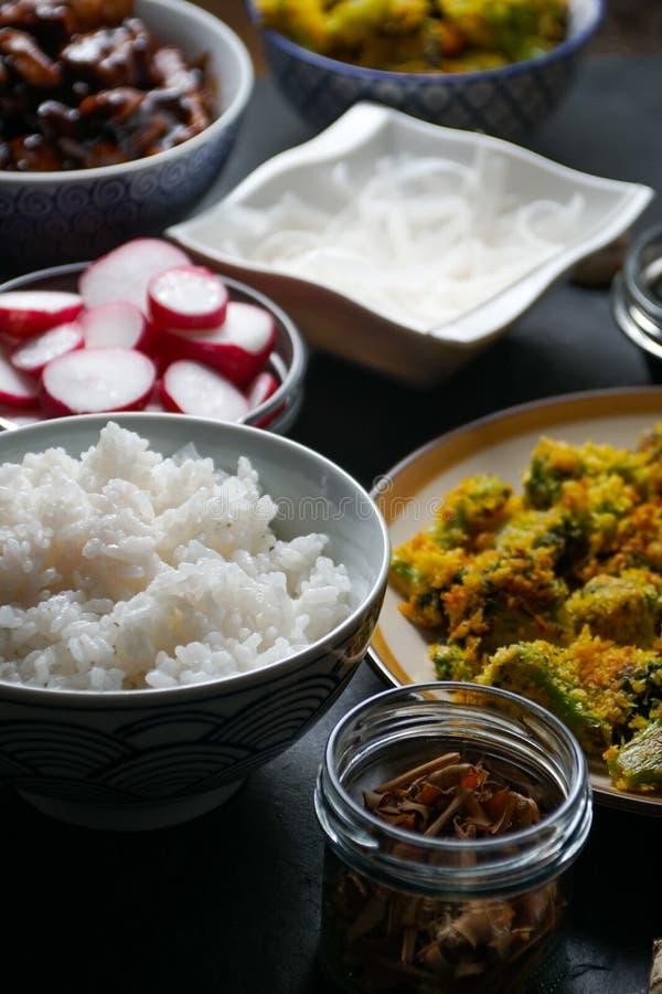 Kawałki teriyaki kurczak, ryżowi wermiszel i tempura brokuły na stołowym bocznym widoku, kuchnia azjatykcia obraz stock
