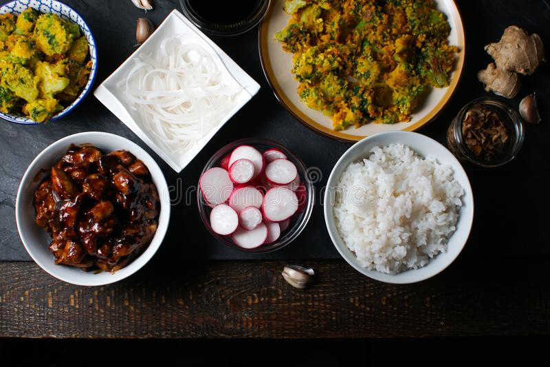 Kawałki teriyaki kurczak, ryżowi wermiszel i tempura brokuły na stołowym odgórnym widoku, kuchnia azjatykcia obrazy royalty free