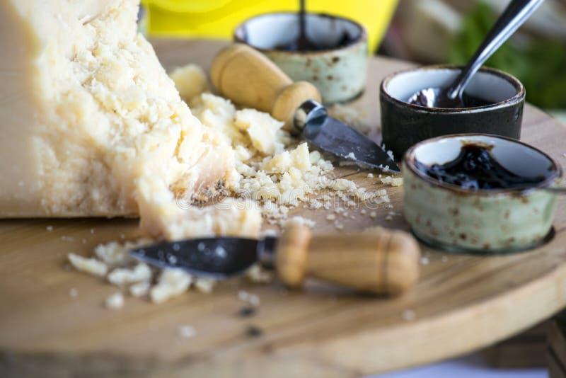 Kawałki włoski parmesan ser z czereśniowym dżemem obrazy stock