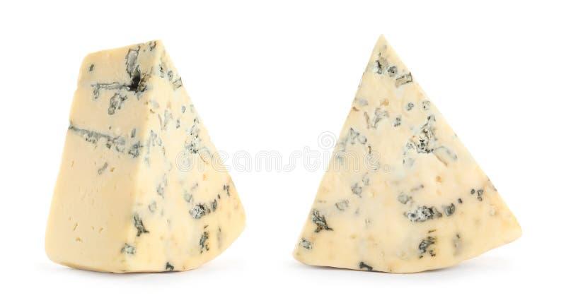 Kawałki wyśmienicie błękitny ser na bielu fotografia stock