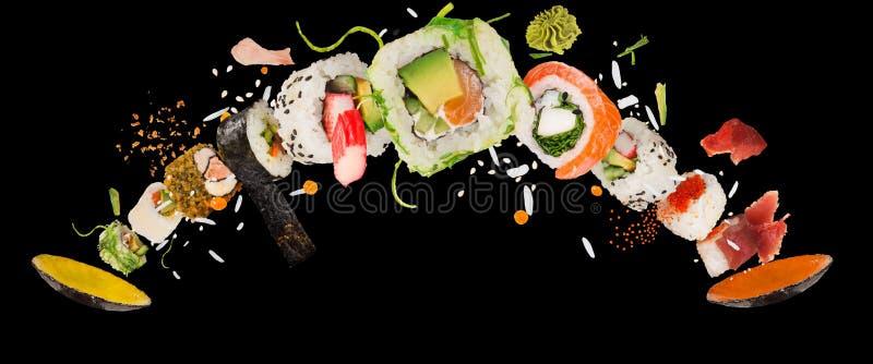 Kawałki wyśmienicie japoński suszi marznący w powietrzu obraz royalty free