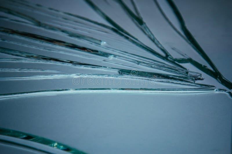 Kawałki z rozbitego szkła o strukturze i tle wyizolowane na białym, pękniętym efekcie okna Stan awaryjny obraz royalty free