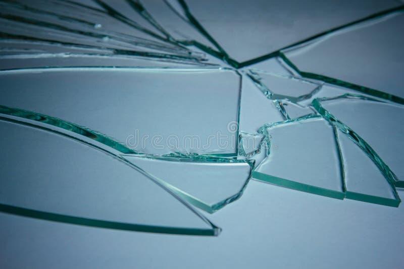 Kawałki z rozbitego szkła o strukturze i tle wyizolowane na białym, pękniętym efekcie okna Stan awaryjny obraz stock