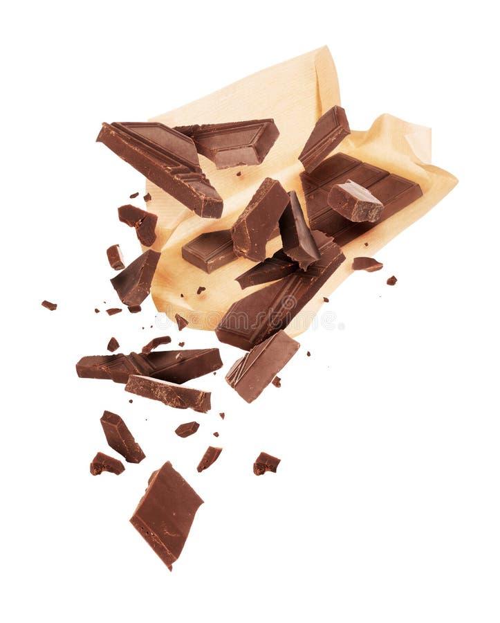 Kawałki zdruzgotana czekolada są komarnicą z papierowego opakowania obrazy royalty free