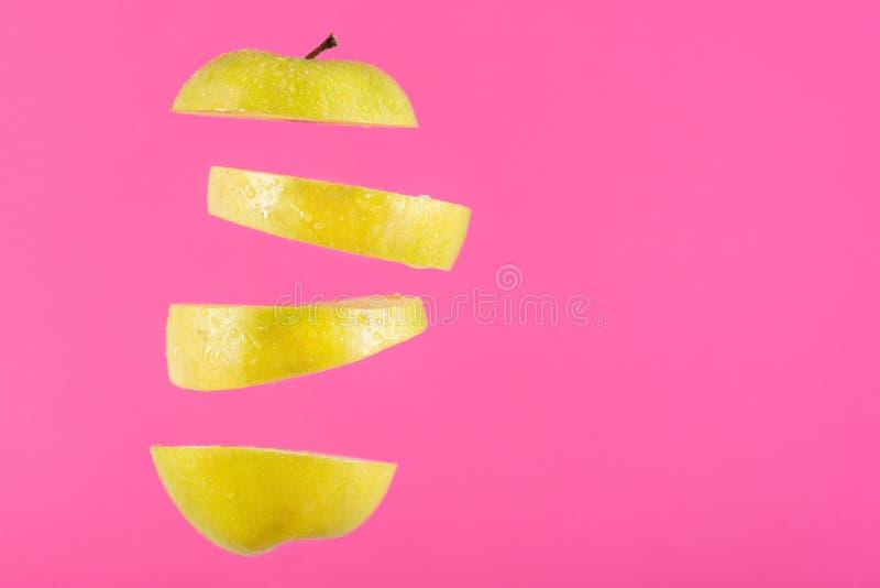Kawałki zielony jabłczany latanie w powietrzu i przestrzeń dla próbka teksta obraz royalty free