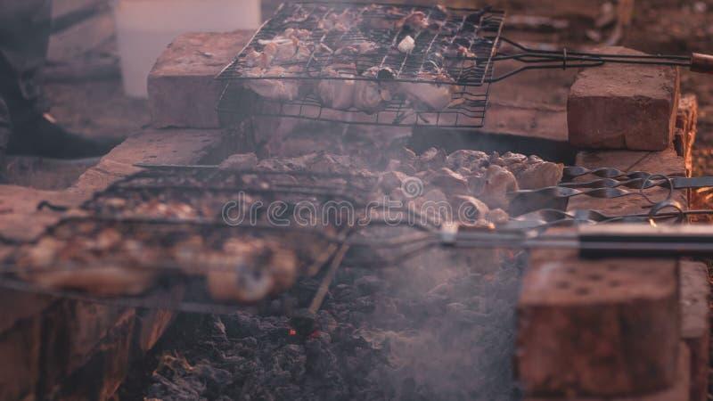 Kawały mięso w skewers Skewers na węglu drzewnym Mięso gotujący na ogieniu Obozować i gotować w naturze obraz stock