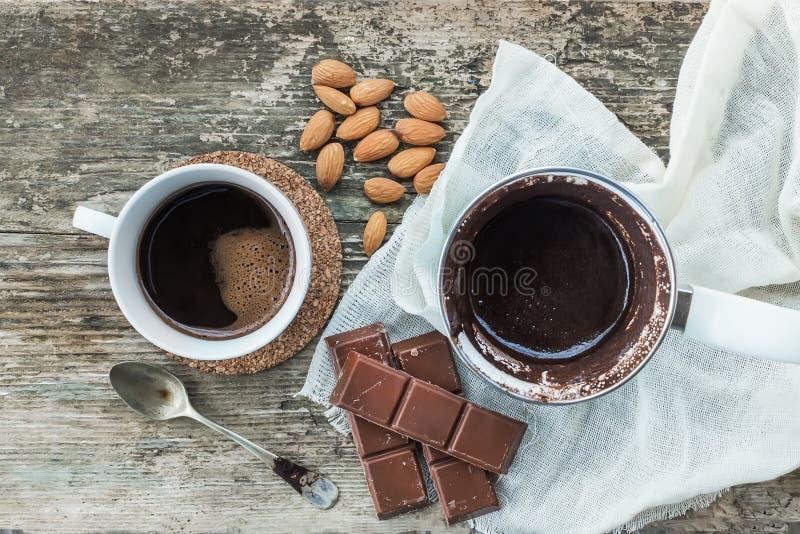 kawa biel odosobniony ustalony Cezve - kawowy garnek z świeżo warzącą kawą, filiżanka, bar czekolada fotografia stock