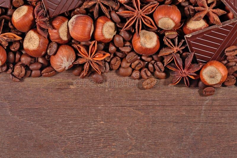 Kawa, czekolada, gwiazdowy anyż i hazelnuts na drewnianym, zdjęcia stock
